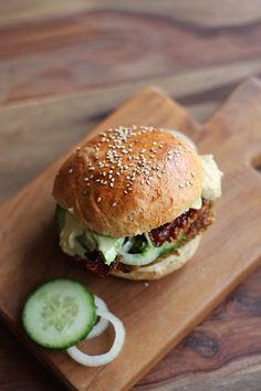 Die besten Burger der Welt - selbstgemachte Brötchen mit marokkanischen Burger-Patties, Avocado und Hummus