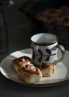 Kanelbullary. Można dowolnie modyfikować rozmiar i formę ciasta, zamiast cynamonu można dodać odrobinę szafranu i będzie Saffranskaka :)