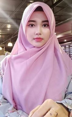 Pin Image by Bunda Hijaber Beautiful Muslim Women, Beautiful Girl Image, Beautiful Hijab, Muslim Fashion, Hijab Fashion, Moslem, Little Girl Models, Modern Hijab, Muslim Beauty