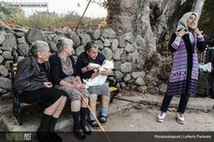 Οι τρεις γιαγιάδες της Λέσβου | three old ladies in Skala Skamias / Lesvos island feeding and singing to a crying syrian baby - respect to these grandmothers
