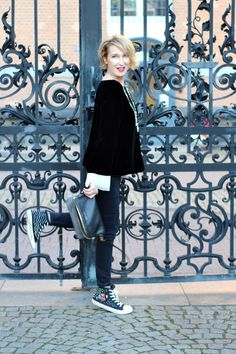 A fashion blog for women over 40 and mature women. Velvet-Blouse: Armani Pants + Sneakers: Zara Bag: Angela Miklas