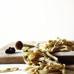 Tagliatelle di grano saraceno con pioppini e primule
