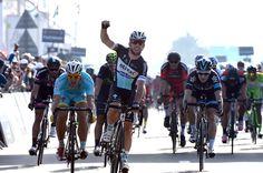 Mark Cavendish wins stage one of the 2015 Dubai Tour