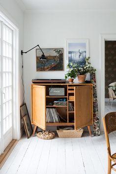 Scandinavian style interior and decor, vintage flea market find, cabinet, industrial lamp Sofia/Mokkasins hem – Husligheter