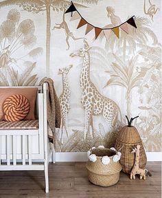 Grote en kleine giraf ontdekken de jungle! De slingeraapjes en tropische vogels kijken vol nieuwsgierigheid naar deze prachtige dieren. Het klassieke Toile de Jouy gevoel in een nieuw jasje.  Onze murals worden gedrukt op vliesbehang met een matte, papieren uitstraling. Het grote voordeel van vliesbehang is dat het makkelijk aan te brengen is en ook goed weer te verwijderen. Denk er wel om dat je plaksel voor vliesbehang gebruikt om de wand mee in te smeren, bijvoorbeeld Perfax Roze. Baby Bedroom, Baby Room Decor, Nursery Room, Girl Room, Kids Bedroom, Nursery Decor, Bedroom Decor, Baby Room Design, Nursery Design