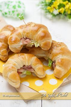 Cornetti salati morbidissimi di pasta brioche farciti a piacere. Ricetta facile con foto passo passo, ideali come antipasto, buffet, compleanni e pic-nic