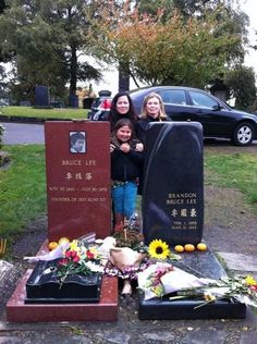 Bruce Lee's family at his grave site at Lakeview Cemetery . Bruce Lee Art, Bruce Lee Martial Arts, Bruce Lee Photos, Martial Arts Movies, Martial Artists, Kung Fu, Lakeview Cemetery, Mma Ufc, Bruce Lee Family