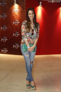 Em evento de 'Salve Jorge' (2012), no Morro do Alemão, Bruna vestiu jeans e bata estampada