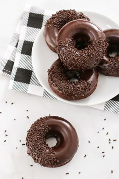 Who wouldn't go for one of these gluten free vegan baked chocolate donuts? Extra chocolatey cake donuts, dipped in a decadent chocolate glaze. Delicious Donuts, Delicious Desserts, Dessert Recipes, Yummy Food, Cake Recipes, Gluten Free Desserts, Vegan Gluten Free, Chocolate Cake Donuts, Chocolate Glaze