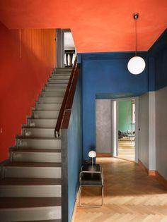 Daphné Décor&Design - Comment utiliser le orange en décoration intérieure - entry stairs, concrete blue and orange