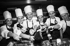 Til alle ungdommer 10 klasser heile Norge. Skolevalget til høsten nærmer seg innen 1.mars skal du gjøre et valg. Norge trenger kokker og servitører. En utdannelse som gir utrolige mange valg i livet. Ta gjerne kontakt med kokker og servitører som trives i jobben sin og få gode råd på veien... http://www.skaffdegenfremtid.no/ DEL - DEL - DEL Foto:Oi! Trøndersk Mat og Drikke AS