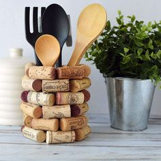 crafts Wine Cork Craft - DIY Utensil Holder If you're looking for wine cork craft ideas, here is a DIY kitchen utensil holder that will look great in your kitchen or make an ideal gift for wine lovers. If for some crazy reason Wine Craft, Wine Cork Crafts, Wine Bottle Crafts, Diy With Wine Bottles, Wine Bottles Decor, Champagne Cork Crafts, Wine Bottle Corks, Vasos Vintage, Wine Cork Art