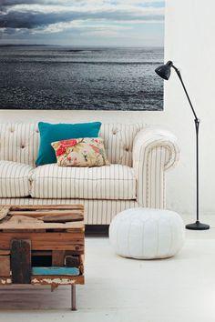Sala de Estar com Sofá de Listras e Quadro Azul