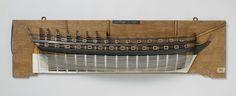Anonymous | Halfmodel van een linieschip van 68 stukken, Anonymous, c. 1750 - c. 1810 | Mallenmodel (stuurboord) van een driemaster zonder versiering, in slechte staat. Twee en dertig geschutpoorten verdeeld over drie dekken; geen bakdek aangegeven. Gewrongen spiegel, hol wulf en twee verdiepingen van het hek zijn aangegeven; geen zijgalerij; recht roer met vierkante roerkoning. Vrij vlakke zeeg, twee barkhouten en één reehout. Rond onderwaterschip. Schaal ca. 1:50 (afgeleid).