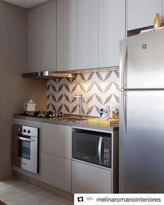 Bom dia!!! Começando a terça-feira com essa linda cozinha monocromática do escritório @melinaromanointeriores para o empreendimento Cyrela 2014!!! Simplesmente lindo