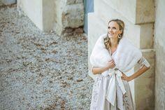 Diese traumhafte Rexkanin Stola hält jede Braut auch an kühleren Tagen kuschelig warm. Festgehalten durch eine wunderschöne Seidenschleife wird die Stola zum leichten Begleiter. Diese traumhafte Rexkanin STOLA hält jede Braut auch an kühleren Tagen kuschelig warm. Festgehalten durch eine wunderschöne Seidenschleife wird die Stola zum leichten Begleiter. Foto by: Victoria Stütz Photography White Dress, Dresses For Work, Victoria, Fashion, Wedding Bride, Nice Asses, Moda, Fashion Styles, Fashion Illustrations
