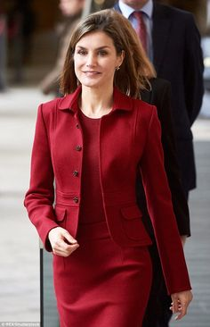 Queen Letizia showcased her thrifty side today as she recycled a Felipe Varela suit for the fourth time to visit the Royal Palace of Madrid Work Fashion, Fashion Outfits, Womens Fashion, Fashion Design, Casual Fall Outfits, Office Outfits, Suits For Women, Clothes For Women, Queen Letizia