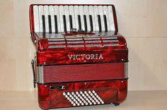 Vorführinstrument         Victoria    Super    rot    Made in Italy         Diskant: 26 Tasten, 2 Register, 2-chörig    Bass: 48 Bass    Farbe: rot    Tasten und Knöpfe in Perlmutt-Optik    Sehr leichtgängige Mechaniken!    Inkl. Tragriemen und Rucksack      DAS Akkordeon für den anspruchsvollen Schüler!    Auch als leichtes Bühnen-Akkordeon bestens geeignet!