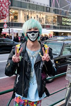 Harajuku boy with electric blue hair Japan Street Fashion, Tokyo Fashion, Harajuku Fashion, Kawaii Fashion, Runway Fashion, Harajuku Mode, Harajuku Girls, Harajuku Style, Asian Street Style