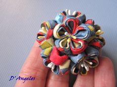 Broche media esfera realizado con flores Sakura de 2 cm de diametro en tela de algodón estampada.