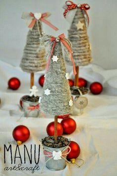 Country Whisper: wool rolled on polystyrene cones. Alberi natale / Christmas trees Country Whisper: wool rolled on polystyrene cones. Christmas Makes, Noel Christmas, Rustic Christmas, Handmade Christmas, Christmas Ornaments, Christmas Centerpieces, Christmas Tree Decorations, Centerpiece Ideas, Christmas Projects