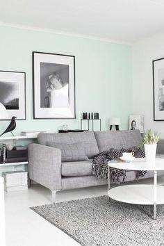 mur de couleur bleu clair, idée déco salon peinture, tapis gris