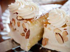 Er det noe du absolutt ikke skal la andre lage for deg, så er det kakebunnen. Oppskriften kan virke komplisert, alle gangene du skal helle ingredienser frem og tilbake – men alt har sin årsak, og det er viktig at du følger oppskriften. Velg selv hvor høye ambisjoner du skal ha i den avsluttende pyntingen av kaka. Det viktigste her er ikke pynten, det er at du lager en kake med de beste råvarer.Kilde: Adresseavisen. Foto: Terje Visnes