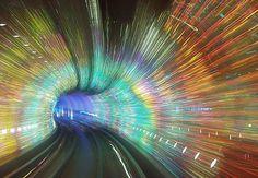 Trem em Shangai, na China, passa por túnel com luzes psicodélicas.