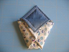 Tuto pochette origami - le blog mona66 Alphabet, Patches, Blog, Voici, Tableware, Diy, Accessories, Scrappy Quilts, Cloth Bags