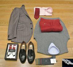 Una combinacion elegante pero informal, pantalon algodon, camisa con o sin corbata, con o sin chaleco, con tirantes, y chaqueta cuadros granates y grises,mocasines de borlas y  el punto lo dan los calcetines!!!