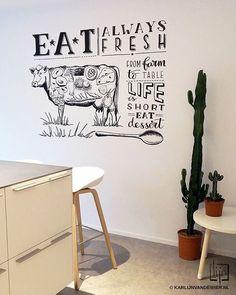 C O W  M U R A L  Tadaa! En dit is dan het resultaat van de wandtekening die ik gisteren maakte bij @leontinebuitelaar1 en Dennis thuis. Koe gevuld met exotische producten en gecombineerd met handlettering.  Een echte blikvanger en persoonlijke toevoeging aan hun superstrakke nieuwe keuken na een geweldige verbouwing.  #wandtekening #lijnillustraties #handlettering #illustraties #mural #mywork