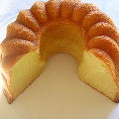 Dit is een zeer snel recept, in slechts 10 minuten staat de cake al in de oven. De cake heeft een heerlijke zachte smaak en is met de mooie gele kleur zeer geschikt voor Pasen. Sinds ik dit recept heb, heb ik altijd een flesje advocaat in huis...