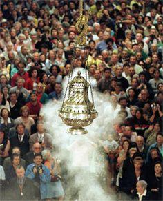 Miles de personas observan el funcionamiento del botafumeiro el día de la ofrenda al Apóstol Santiago. (Foto: EFE)