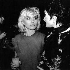 "rimbaudwasademonchild: "" Debbie Harry and Siouxsie Sioux. Blondie Debbie Harry, Debbie Harry Hair, Debbie Harry Style, Blondie Band, Siouxsie Sioux, Siouxsie & The Banshees, Joy Division, Harry Styles Hair, Estilo Rock"