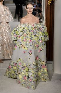 Valentino Couture Spring 2019 Fashion Show . Designer looks from the Spring 2019 Couture runway shows from Paris Couture Fashion Week Couture Week, Style Haute Couture, Spring Couture, Valentino Couture, Valentino Gowns, Valentino Heels, Fashion Week, Runway Fashion, High Fashion