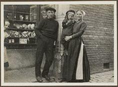 Scheveningse met kind in dracht met visser te Scheveningen. ca 1915 #ZuidHolland #Scheveningen