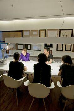 Marcio Kogan #Headquarters - Sao Paulo, Brazil - 2001 - Marcio Kogan #architecture #brazil #interiors #design: Schöne Leuchte für Meetingbereich
