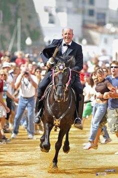 Fiestas de San Juan. Ciutadella de Menorca. Islas Baleares. España #menorca #menorcacultural Ibiza Formentera, Balearic Islands, City Life, Festivals, Jewel, Spanish, Horses, Decoration, Animals
