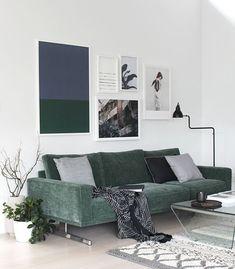 Photo de canapé design vert dans salon moderne → touslescanapes.com