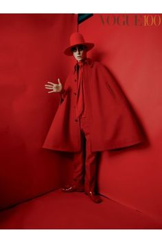 "Eddie Redmayne by Tim Walker for ""The Creative Revue"" for Vogue UK 100 Years issue, June 2016 Red Fashion, Party Fashion, Fashion Art, Fashion News, High Fashion, Fashion Design, Vogue Uk, Mode Monochrome, Editorial Photography"