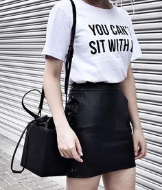 t-shirt + saia de couro sintético.