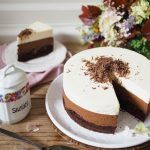 RECEPT+|+TRIPLE+CHOCOLATE+MOUSSE+CAKE Triple Chocolate Mousse Cake, Chocolate Cakes, Vanilla Cake, Feta, Camembert Cheese, Sweet, Choco Pie, Chocolate Cake, Chocolate Pies
