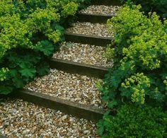 ▷ Gartentreppe selber bauen, um einen ländlichen Look zu erschaffen