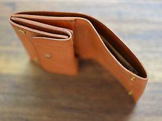 小型のマチ付き二つ折り財布 GS-15  S:W10cm×H9cm×D3cm / 16,200円 M:W12cm×H9cm×D3cm / 19,440円