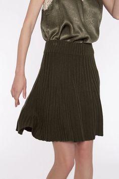 Falda mini evasé en punto de canalé y color kaki de la marca Meisïe. Se adapta muy bien porque lleva goma en la cintura. Crea combinaciones de moda con tus jerséis y blusas de otoño.  #meisïe #otoño #moda #mujer #boho #estilo #mimatboutique Boutique, Midi Skirt, Outfits, Boho, Mini, Skirts, Fashion, Fall Collections, Color Combinations
