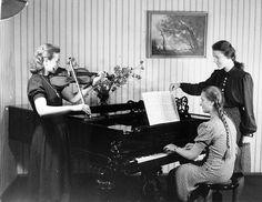 Женщины Германии 1930-ых годов. В этой стране 8 марта не является выходным днём. Здесь, как и в Польше, этот праздник имеет социалистические корни. И раньше, в то время как немцы из Восточной Германии поздравляли женщин, в Западной о таком празднике даже не слышали. После воссоединения двух Германий 8 Марта получило некоторое распространение в стране. Но широко отмечать этот день у западных немцев традицией так и не стало, а у восточных немного подзабылось.