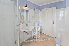 Bad mit Wanne, 3-Raum-Ferienappartement in der Bädervilla Villa, Bad, Bathtub, Cabinet, Bathroom, Storage, Furniture, Home Decor, Tub