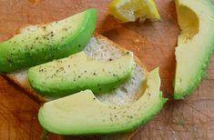 Aguacate con limón, sal y pimienta:   El aguacate o palta, es fuente de grasa saludable Omega 3 y te mantiene satisfecho sin sentirte lleno e hinchado.  Cortamos el aguacate por la mitad. Rociamos jugo de limón fresco, sal y pimienta