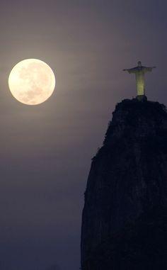 Rio de Janeiro! Morro Do Corcovado, Beautiful Moon, Beautiful Places, Christ The Redeemer, Jesus Christ, Moon Shadow, Moon Goddess, Good Night Moon, Over The Moon