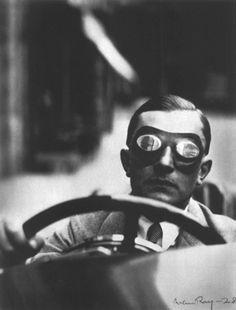 C'era un uomo sempre in viaggio. Dicevano che scappava da se stesso. Quando si ritrovò da solo si amò alla follia. Gli altri lo consideravano pazzo. Mentre fuggivano sul posto. http://postribulo.tumblr.com/post/15618074084/327 IMG: Man Ray